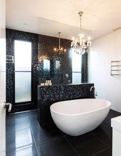 Immagine bagno contemporaneo di lusso con pavimento in marmo e rivestimento in mosaico nero - vasca autoportante