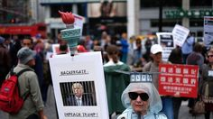 Une manifestante à New York appelle à la destitution de Donald Trump.
