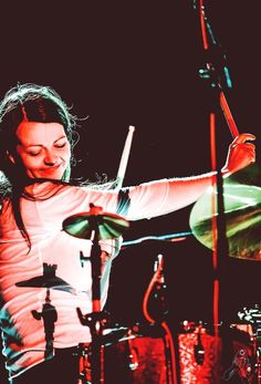 Meg White, baterista de The White Stripes by Dena Flows on Girl Drummer, Female Drummer, Drums Girl, Detroit, Le Talent, The Third Man, Women Of Rock, The White Stripes, Women In Music