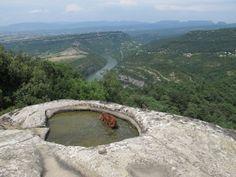 Sant Feliu de Savassona. Tomba neolítica i vistes sobre el Ter.