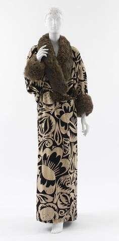 1911 coat by Paul Poiret - Ivory and navy block printed velvet with brown fur trim and gold metallic mesh-covered silk closures