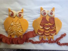 Owl cheese tray with turkey pepperoni. This shows upside down for me, and then they look like fat bats. Owl Party Food, Baby Shower Camo, Appetizer Salads, Appetizers, Owl Cakes, School Treats, Easy Halloween, Cute Food, Holiday Treats