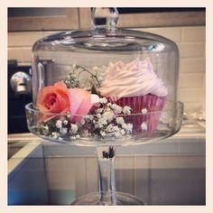 Vintage Bakery Milano_Alzatina http://idesignme.eu/2013/02/vintage-bakery-milano/ #design #cupcake #rose #bakery #fooddesign