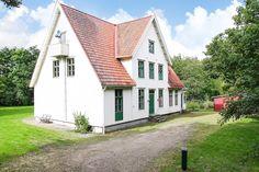 """Välkommen till """"Schweizerhuset"""" i Strömma. En stor representativ herrgårdsvilla byggd 1814 vilket är flyttat till dess nuvarande plats 1993. Huset är byggt i..."""