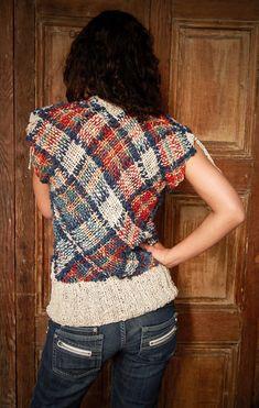 Este chaleco escoces sin mangas beige y azul es un diseño original de Ullvuna, hecho 100% a mano por artesanas chilenas. Para la fabricación de cada prenda escogemos fibras de alta calidad. Este chaleco está hecho con una mezcla de algodón y fibras acrílicas, tejido en telar de bastidor y Crochet Poncho Patterns, Loom Weaving, Lana, Knit Crochet, Knitting, Etsy, How To Wear, Beige, Inspiration