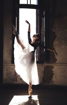 The Beauty Of Ballet in Buenos Aires by Pablo Daniel Zamora Modern Dance, Ballet Dance Photography, Dance With You, Shall We Dance, Tim Walker, Mode Editorials, Dance Poses, Ballet Beautiful, Ballet Dancers