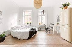 Well, another dreamy small space this week. Couldn't help it, love this one room studio in Stockholm. blocket.se