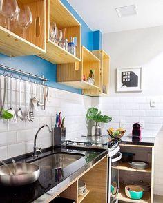 Caixotes de feira substituindo armários de cozinha.  #inspiracao #decor #decoration #decoracao #boatarde #cozinha #kitchen #homedesign #homedecor #caixote