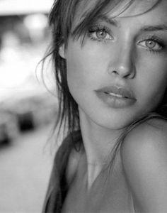 Bella, con un nido de cobre enmarañado en tu cabeza, un nido color de miel sombría donde mi corazón arde y reposa, bella.