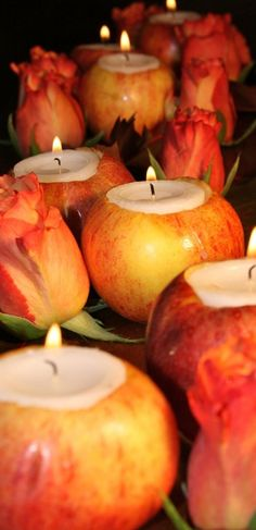 des pommes creusées et transformées en porte-bougies