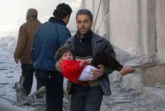 Ein Mann mit einem verletzten Kind. Foto: Zein Al Rifai/AFP