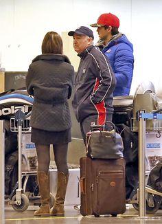 Ana Boyer y Fernando Verdasco, con el padre de este, en el aeropuerto de Estocolomo, Suecia,