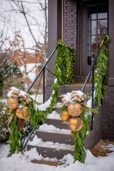 55+ Festive DIY Xmas Garlands Ideas for Fireplaces and Stairs | momooze | #xmasgarlands