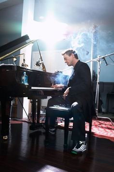 Robert Downey Jr playing the piano! (DATE ADDED: 6.9.13)