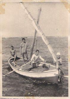 """Llaut Barber, un grup de turistes francessos i en Xiquet Barber """"Capri"""" una mica mes jove, any 1956, foto de François Portier."""