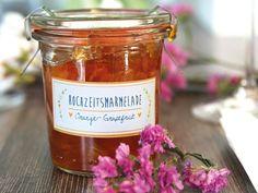 Kleine Aufmerksamkeiten zu besonderen Gelegenheiten und Zusammenkünften sind ein feiner Abschluss. Eine besondere Idee ist zum Beispiel selbsteingekochte Marmelade. Charlotte von Lottes Laden hat eine Variante mit Orange und Grapefruit mitgebracht.