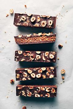 Chocolate Hazelnut Praline Bars Three layers of chocolate and hazelnut deliciousness. This recipe comes together with only 8 ingredients. (V+GF) - chocolate hazelnut praline bars Chocolate Lovers, Chocolate Desserts, Baking Chocolate, Chocolate Hazelnut Cookies, Chocolate Bar Recipe, Vegan Chocolate Bars, Cake Chocolate, Hazelnut Praline, Praline Chocolate