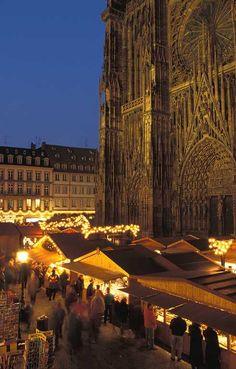 Marché de Noël - Place de la Cathédrale à #Strasbourg © Christophe Hamm