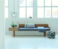 Auch eine eher steril wirkende Einrichtung wird durch Stoffe und Kissen kuscheliger. #homestory #home #interior #textilien #couch #cushions