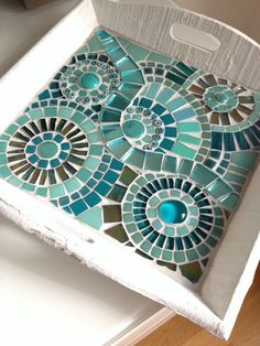 A nice tray with circles in teal colors. Made with glass mosaic and glass stones. Just for decoration or in order to use. Size is 9.84 inch square...... Can be customized in terms of color