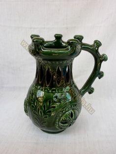 Vert csalikancsó gravé, Mezotur, Hongrie Ceramic Jugs, Hungarian Embroidery, Grave, Folk Costume, Ajouter, Busan, Folk Art, Art Decor, Pottery