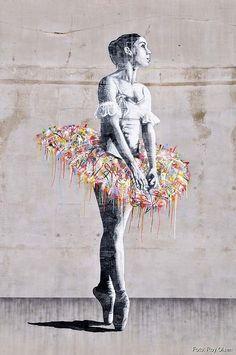 Ballerina, Oslo. Graffitied tutu | Whim & Fantasy. Sur cette oeuvre, nous pouvons voir une ballerine tournée sur le côté en pointe avec les bras croisées vers l'avant. J'aime de cette oeuvre que seulement le tutu soit en couleur et je trouve que la position de la ballerine est très belle.
