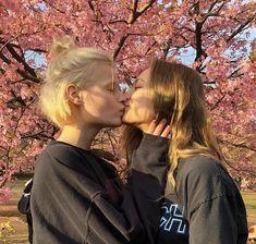 Brunette lesbin horne orgasm