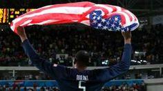"""Image copyright                  EPA Image caption                                      Kevin Durant levanta la bandera estadounidense después de lograr el oro olímpico.                                Una Olimpiada con tantas proezas deportivas tenía que cerrar con una gran exhibición y así sucedió. El """"Dream Team"""" de Estados Unidos aplastó a Serbia y se quedó con la medalla de oro de básquetbol masculino. El denominado &qu"""