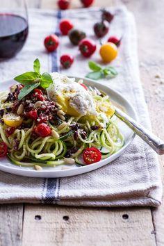 La bonne association : spaghettis de courgette + spaghettis classiques + tomates (cerises et séchées) + basilic + olives noires + œuf poché + parmesan râpé + pignons de pin L'ingrédient qui fait tout : les tomates-cerises, légèrement sucrées et acidulées.Découvrir la recette