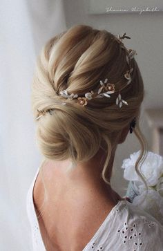 Gorgeous Wedding Hairstyles For The Elegant Bride – We have the latest on how to get the haircut, hair color, and hairstyles you want for the season! Gorgeous Wedding Hairstyles For The Elegant Bride Gorgeous Wedding Hairstyles For The Elegant Bride Loose Wedding Hair, Retro Wedding Hair, Romantic Wedding Hair, Wedding Hair Pieces, Wedding Hair And Makeup, Wedding Updo, Prom Updo, Box Braids Hairstyles, Loose Hairstyles