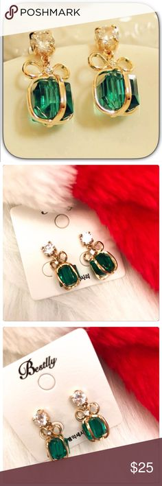 NWT Stunning Green & Gold Xmas Present Earrings These are just adorable! Christmas will be here before we know it! These would be perfect for that holiday party! Boutique Jewelry Earrings