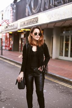 How to Wear Leather-Look Jeans Rock Outfits, White Outfits, Leather Look Jeans, Rocker Chic Style, All Black Fashion, New Street Style, Got The Look, Street Outfit, Outfit Posts