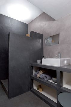 salle de bains réalisée en beton ciré pour les murs, la douche italienne ainsi que le plan de travail supportant une grande vasque blanche rectangulaire Bathroom Interior, Modern Bathroom, Small Bathroom, Bathroom Ideas, Bath Ideas, Budget Bathroom, Design Bathroom, Bathroom Colors, Bath Design