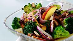 Sprød broccolisalat der knaser lidt og mætter godt. Food And Drink, Beef, Chicken, Ox, Ground Beef, Steak