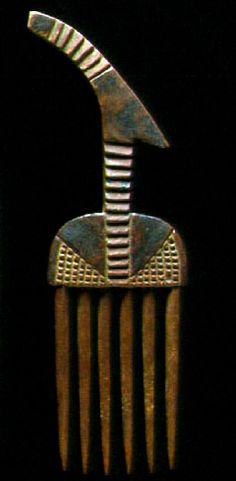 Africa   Comb from the Wabungu people of Kwa Mamsanya / Rukwasee / Undine / Tanzania   Wood and pigment. H: 17.8 cm   ca. late 19th century