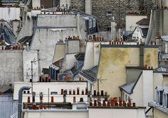 """De daken van Parijs zijn (wereld)beroemd. Michael Wolf maakte er een reeks van. Het zijn die foto's uit zijn werk die mij het meest aanspreken. Klik op de foto om de reeks met 14 foto te bekijken, of volg deze link: http://photomichaelwolf.com/#paris-roof-tops/1 Michael doet ook nog andere dingen. Terwijl je toch op zijn site aan het rondneuzen bent, kijk eens naar de film en zijn project """"street view"""": http://photomichaelwolf.com/#fils-about-michael-wolff"""