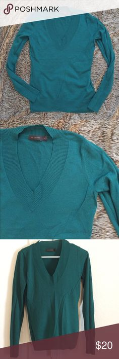 The Limited v-neck green sweater The Limited v-neck green sweater. Size medium. Gently worn. The Limited Sweaters V-Necks