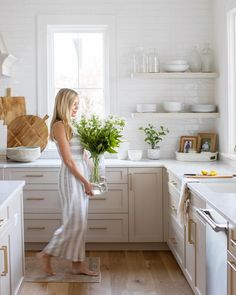 Ah, nothing like a white kitchen and a big bouquet of fresh flowers. Lots of magic happening with this lady lately, we've been shooting… Home Decor Kitchen, Kitchen Interior, New Kitchen, Home Kitchens, Beige Kitchen Cabinets, Light Grey Kitchens, White Countertops, Home Remodeling, Kitchens