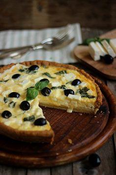 Tarte alla feta, basilico e olive nere