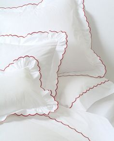 Our scalloped sheets have been part of the Au Lit collection since our earliest days, almost thirty years ago. This pretty, feminine detail has stood the test of time and adds the perfect touch to a more feminine bed. Home Tex, Bed Cover Design, Bed Linen Sets, Baby Pillows, Linens And Lace, Fine Linens, Cool Beds, Bedroom Styles, Linen Bedding
