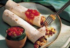 Salsa-Reis-Enchiladas: Vegetarische Enchiladas mit einer in der Pfanne schnell zubereiteten Füllung aus Reis, Bohnen, Mais, Paprika und Käse. Dazu wird Salsa gereicht.