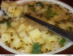 Uvaříme vodu s bujónem (nebo s kořením a bez bujónu) a přidáme brambory nakrájené na malé kostičky, 6 utřených stroužků česneku se solí, čerstvý...