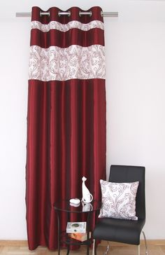 Zasłona koloru bordowego do sypialni z ornamentem