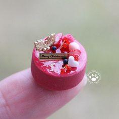 クリスマスケーキのカシスバージョン イチゴ、マカロン他のトッピングで。 販売用です。 1/12サイズ #ミニチュア #ミニチュアケーキ #ミニチュアスイーツ #ケーキ #手作りケーキ #クリスマス #クリスマスケーキ #カシス #カシスケーキ #樹脂粘土 #ハンドメイド #ミニチュアアート展2016inOSAKA #miniature #miniaturecake