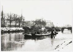 Het gebouw uiterst rechts op de foto achter de tram- en spoorbrug is het veilinggebouw in de Belcrum. De bruggen zijn geopend voor de scheepvaart. Aan de overzijde van de Mark ligt de Kwattafabriek