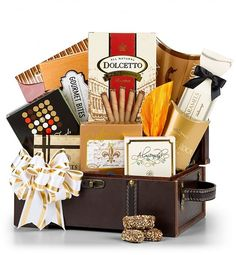 A treasure to behold, this best selling gift brings together gourmet foods with world-renowned brands to bring you the highest quality available, including Smoked Salmon, Wine Companion Crackers, Candied Berries, Fresh Almonds, Pecan Nougat Caramels, Dolcetto Wafer Rolls, and more.