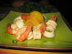 Lulas e camarões fritos ao alho com compota de tomate. Acompanha: folhas frescas de espinafres. Um petisco! Shrimp, Chicken, Meat, Food, Deep Fried Shrimp, Garlic, Essen, Meals, Yemek