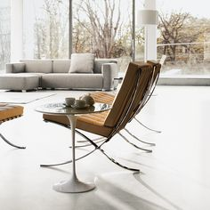 Knoll barcelona chair and saarinen side table Saarinen Tisch, Saarinen Table, Modern Interior, Interior Architecture, Bauhaus Architecture, Barcelona Architecture, Furniture Vancouver, Muebles Living, Barcelona Chair