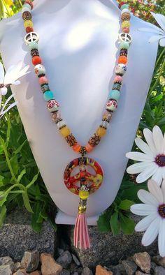 Collar Hippie  (Collar largo con diferentes cuentas en piedras ojo de gato, ágatas, cuarzo, cristal, cerámica, cristal murano, concha y colgante símbolo de la paz en cristal murano con pom pom rosa. )
