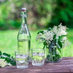 Flädersaft - Recept - Tasteline.com Yummy Drinks, Glass Vase, Diy, Sweden, Smoothies, Decor, Water, Juice, Smoothie